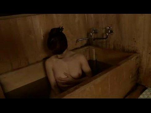 綺麗な巨乳ボディがソソる美熟女がアソコにシャワーをあててオナニーおっぱ...
