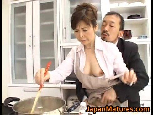 料理中の美熟女をつまみ食い愛撫!