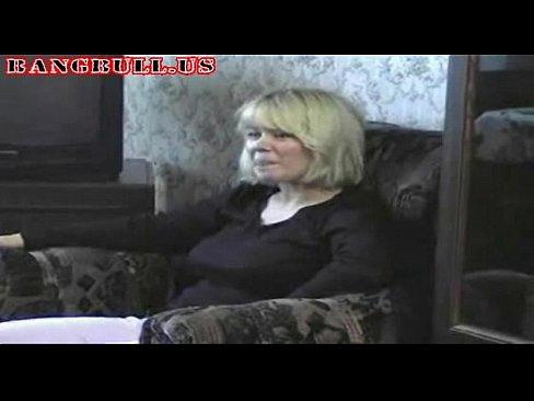 Mere blonde seduit son fils et se fait baiser sa chatte poilue en levrette dans le salon familial
