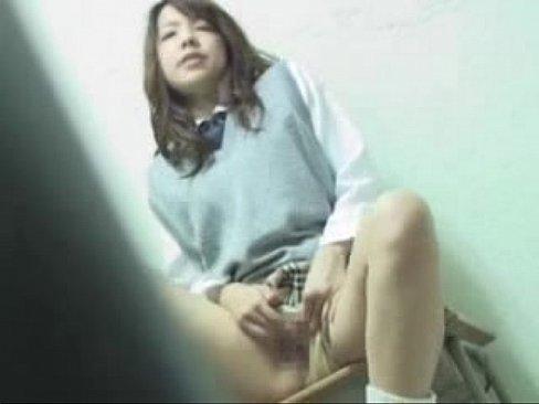 激撮!美人JKが学校の机の上で自分のクリを弄りまわす!