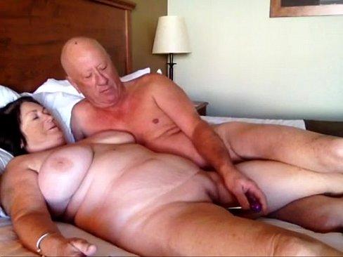 в пожилую жену вставляют два толстых члена
