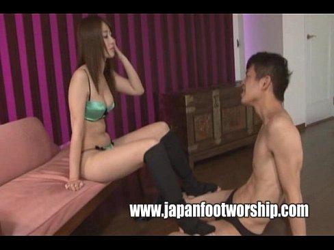 【初美沙希】脚の指まで舐めさせる超変態ドS女!指の一本一本を丁寧に舐めるよう命令。