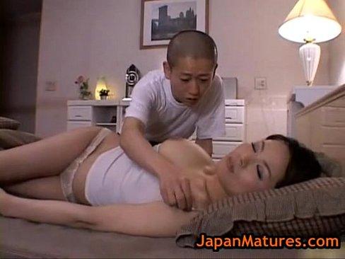 【人妻動画】寝ている母に悪戯する息子!