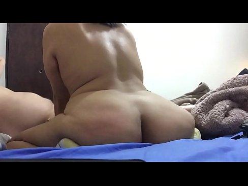 Mamando verga pero como mueve el culo