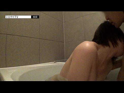 実の娘と一緒に入浴して乳首を弄りフェラチオさせる鬼畜な変態父とそれに応じるビッチな娘