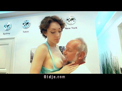 La compasiva y sexy muchachita le alegra la vida a un viejo solitario