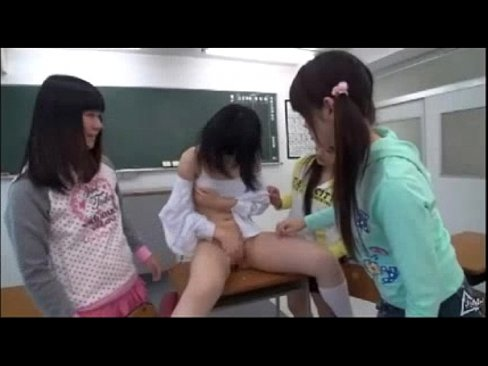 ロリ女子校生が教室で同級生たちにバイブでオマンコ責められる