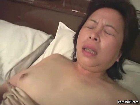 熟女の目隠し無料jyukujyo動画。だるだるの段腹熟女が目隠しをしな...