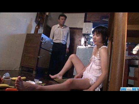 Горячие мамы и nbsp;Аоба Itou становится на колени сосать молодой петух