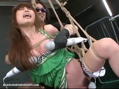 Amarran a la morrita japonesa y la torturan con vibradores en las bubis y panocha