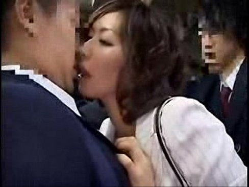 酔った勢いで学校帰りの男子学生を逆痴漢する四十路痴熟女翔田千里。弄られて硬くなったチンポを取り出し手コキやフェラチオでしごくと挿入までさせてしまい、最後は口内発射で精子を搾り取り満足したのか何事も無かったかのように降車w