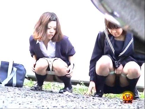 セイフク今時女子校生達が外でこっそり放尿するシーンを秘密撮影☆親友と一緒ならと仲良くしゃがんで小便を噴射www