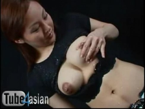 色白で巨乳な酒井楓が自ら乳首をつねって母乳を見せてくれます