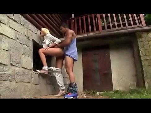 Se Duce Cu O Tipa Blonda Intr-Un Loc Retras Sa O Linga In Pzida