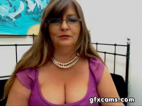 Coroa tirando a roupa na webcam