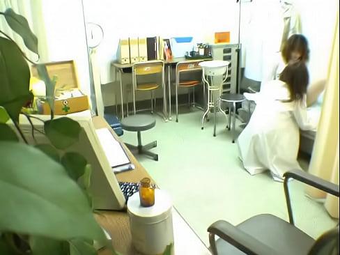 保健室でアソコの検査だったのになぜかそのまま変態エロ教師にエッチな事をさせられる制服女の子