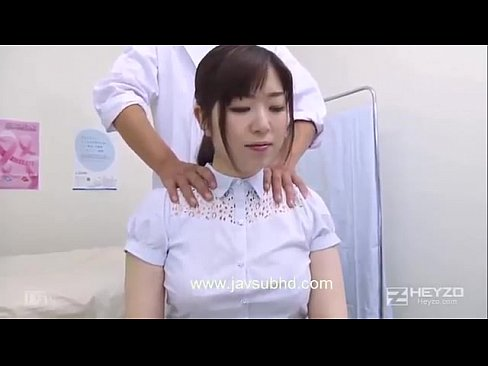 巨乳で肩こりが酷くって…「え、ちょっ先生…何して…!?」整体院で女性を...
