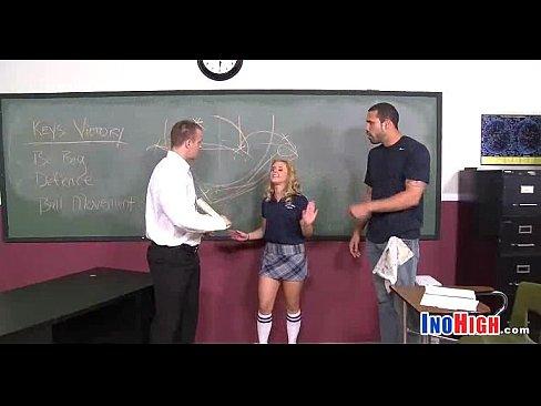 мужик трахнул школьницу из группы поддержки