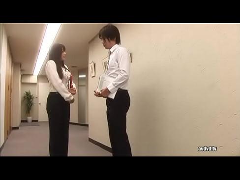 【無料エロ動画】社長室にいたチャーミング秘書のオおめこをひたすらクン...