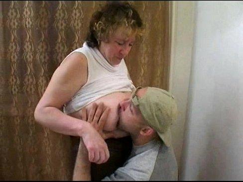 Mere en manque reussit a se faire baiser par son fils ivre  qui lui defonce sa chatte poilue sur la table de la cuisine