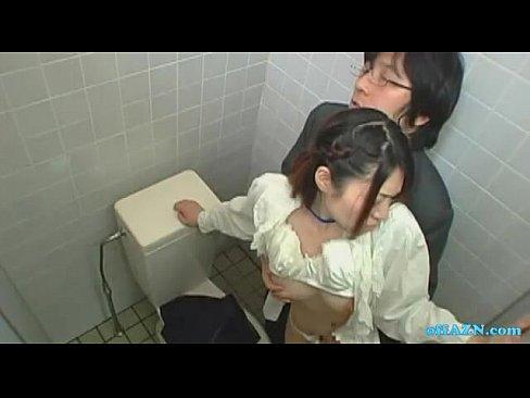 トイレでむっちゃ濃厚なフェラをしてくる同僚のOLに興奮