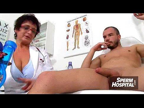Médica Velha Tenta Ser Profissional Mas Acaba Cedendo