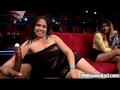 gostosas safadas chupando a rola do stripper