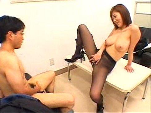 【無料エロ動画】麻美ゆま、直穿き黒ストッキングの巨乳痴女と見つめあいながら隠語相互オナニー!