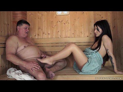 El ruco comparte el caluroso sauna con una linda muchachita y terminan en una inevitable follada