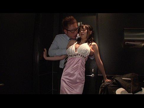 キャバ嬢がお気に入りの客とトイレでセックス