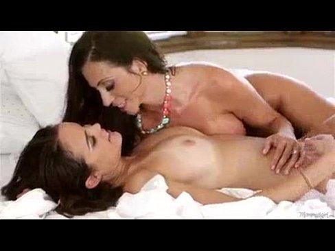 Зрелая лесбиянка совращает юную брюнетку