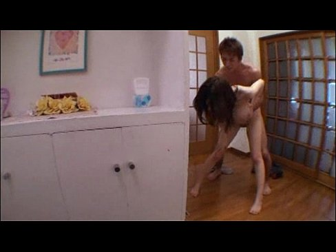 爆乳の美女、JULIA出演のフェラ無料フェラチオ動画。爆乳美女JULIAを玄関で立ちバックで激しく突いたあとの口内発射&お掃除フェラがエロすぎですおwイキそうになった男のオチンチンを急いでくわえて口の中に出させて気持ちよさそうW