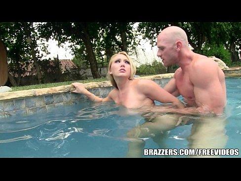 แฟนพามาว่ายน้ำแต่แม่มดันเย็ดในสระเลย ควยตั้งโด่โต้น้ำกันมเลยนะเสียวว่ะ