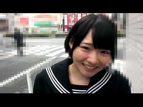 【電車手マン動画】制服を着た美女が電車の中でスカートの中をもみくちゃにされちゃう動画を見つけました♪