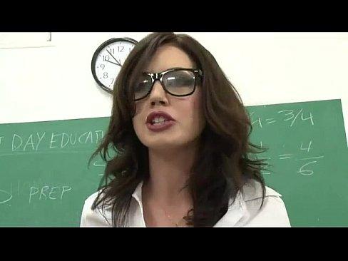 Professora Jovem Na Orgia Com Os Alunos