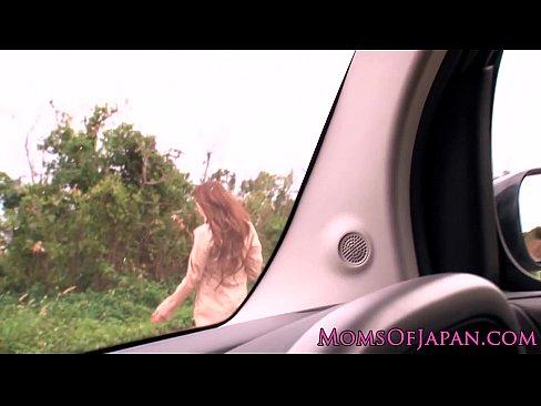 野外にて、爆乳の素人女性の無料H動画。爆乳女が エロボディで誘ってきたので廃屋のあたりで野外セックスしちゃった件