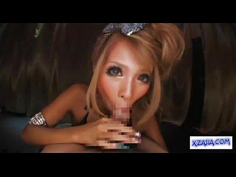 【希咲エマ】スレンダー超ギャルが両手にしっかり肉棒を握りしめて交互にフェラして一滴残らず精子を搾り取る