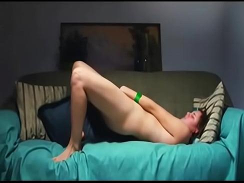 Novinha Se Masturbando No Sofa Grita De Prazer Ao Gozar