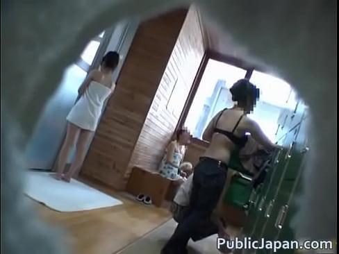 【盗撮動画】どおせ混浴温泉なのでお言葉に甘えて脱衣所から露天風呂まで一緒になったギャル達を無断で撮影w