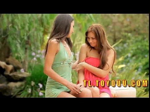 Lesbica chupando o biquinho do peito devagar