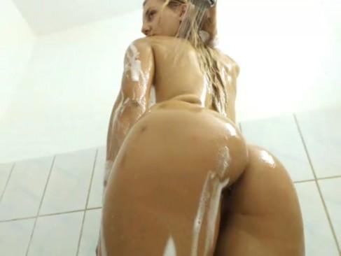 Novinha loira no banho