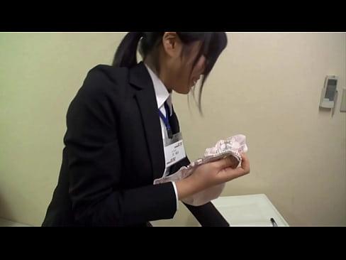 SODの新人女性社員は生脱ぎホカホカのパンティをAVファンにプレゼントしてくれるらしいw【動画】