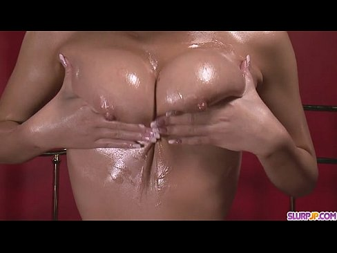 【無修正】柔らかデカ乳黒ギャル 松すみれのヌルテカオイルパイズリでザーメン絞り取られるエロ動画