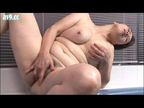 お風呂の中で性欲を満たすように淫乱オナニーする巨乳で段腹のぽっちゃり高齢熟女。手マンでおまんこを弄り淫らな喘ぎ声をあげて感じまくる…