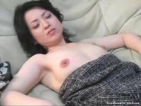 黒髪で色白な美熟女桐島秋子が息子にフェラでご奉仕してる