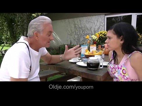 Phim sex ông già đụ gái trẻ – Hàng ngon mà sao cho lão già hưởng thế em ơi?