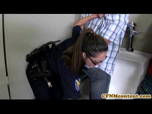 Wyuzdane policjantki ujeżdżają rabusiów