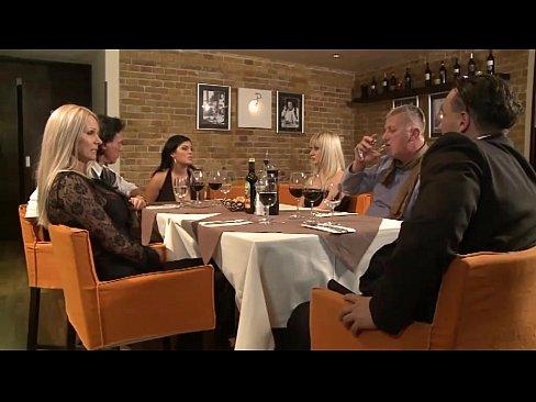 Coroa Fica Cheia De Tesão Em Jantar Em Restaurante E Vai Para O Banheiro Com Macho