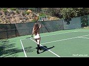 Gostosas jogando tênis semi-nuas