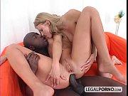 Μαύρος πούτσος πηδάει από τον κώλο δύο ξανθιές (40 min)